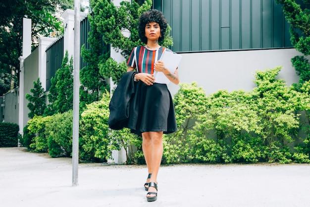 Mujer moderna caminando en la calle