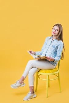 Mujer moderna y copyspace