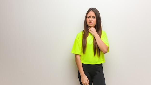 Mujer moderna joven que tose, enferma debido a un virus o infección