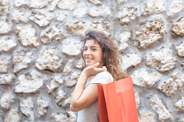 Mujer moderna posando con bolsas de compras
