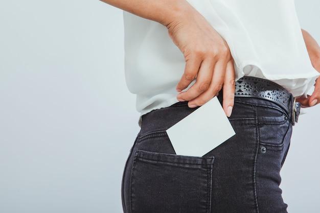 Mujer moderna con tarjeta de visita en el bolsillo