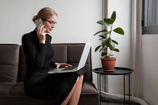 Mujer moderna trabajando desde casa