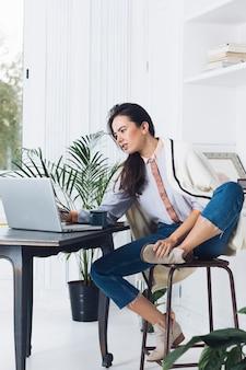 Mujer moderna usando portátil