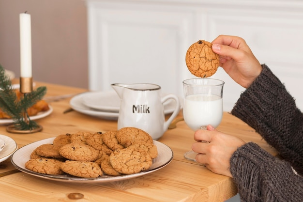 Mujer, mojar, galleta, en, leche