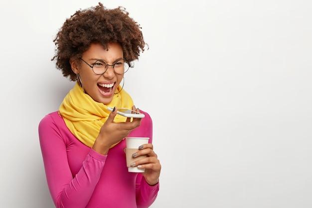 Mujer molesta grita al altavoz del teléfono celular, hace una llamada de voz