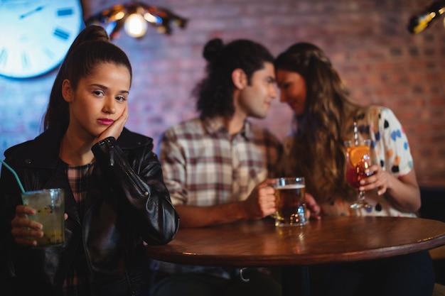 Mujer molesta ignorando pareja cariñosa