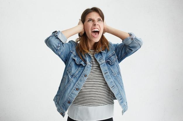 Mujer molesta mirando hacia arriba con expresión furiosa