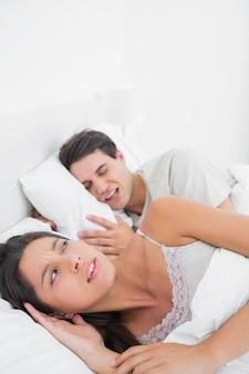 Mujer molesta que su pareja ronca