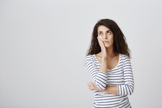 Mujer molesta rollo de ojos y facepalm molesto
