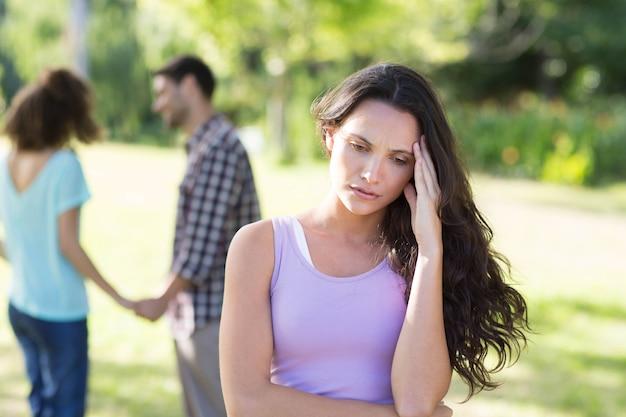 Mujer molesta en su enamoramiento con otra chica