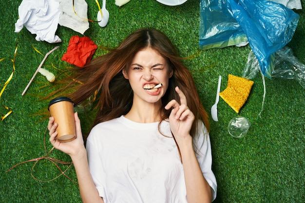 Mujer montaña de basura, clasificación de basura, emisiones de basura en la naturaleza