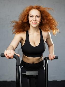 Mujer montando la bicicleta de aire