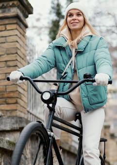 Mujer montando una bicicleta vista baja