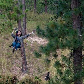 Mujer montando una tirolina en un bosque, copán, copán ruinas, departamento de copán, honduras
