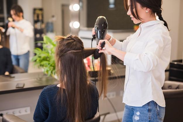 Mujer morena arreglándose el pelo