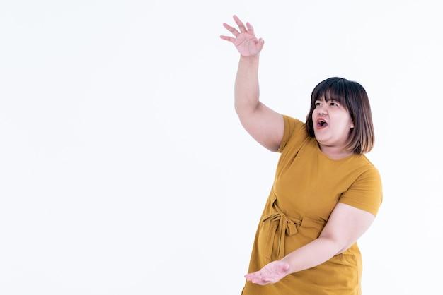 Mujer morena asiática actuando