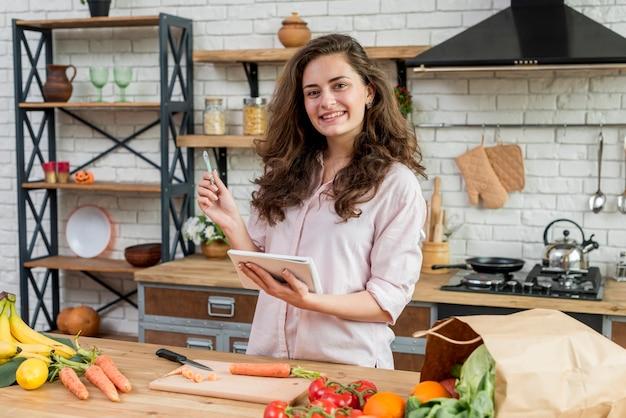 Mujer morena en la cocina