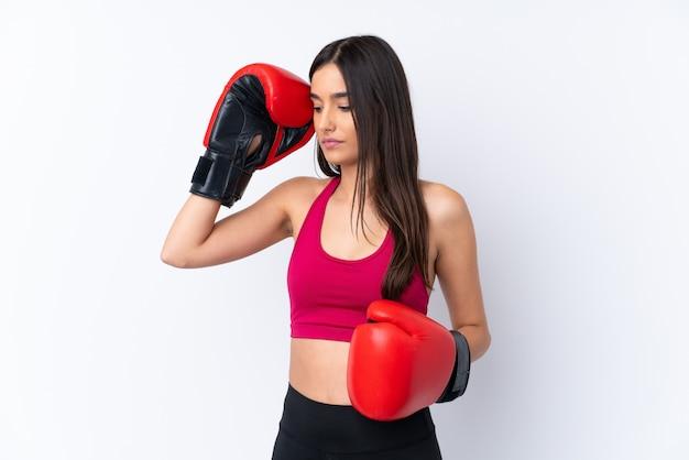 Mujer morena deporte joven sobre pared blanca aislada con guantes de boxeo