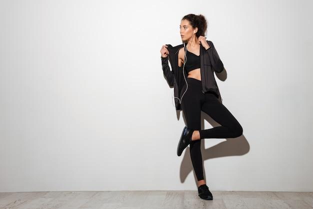Una mujer morena fitness bastante rizada