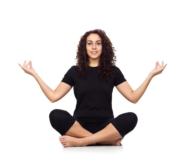 Mujer morena haciendo ejercicios de yoga