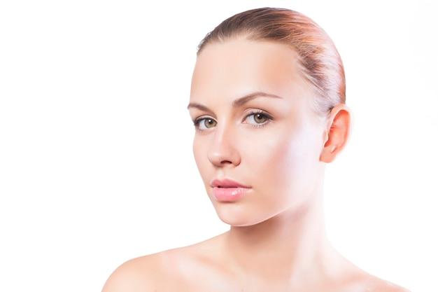 Mujer morena con maquillaje natural destacados aislados