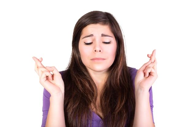 Mujer morena rezar y esperar con los ojos cerrados aislados