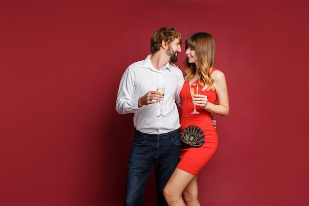 Mujer morena con su marido sosteniendo una copa de champán