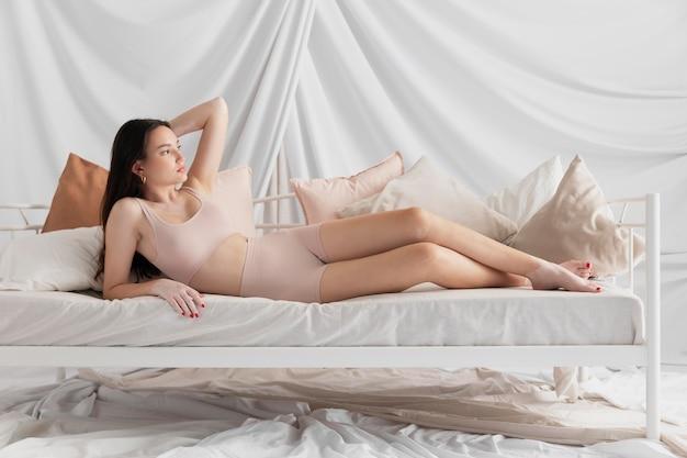 Mujer morena con vitiligo posando