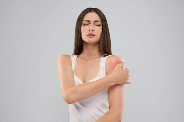 Mujer mostrando dolor en el hombro