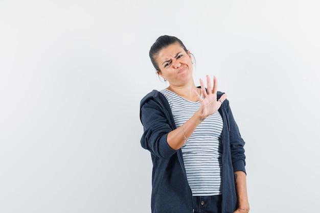 Mujer mostrando gesto de parada en camiseta