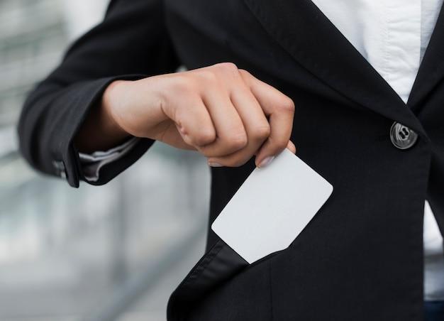 Mujer mostrando maqueta de tarjeta de visita