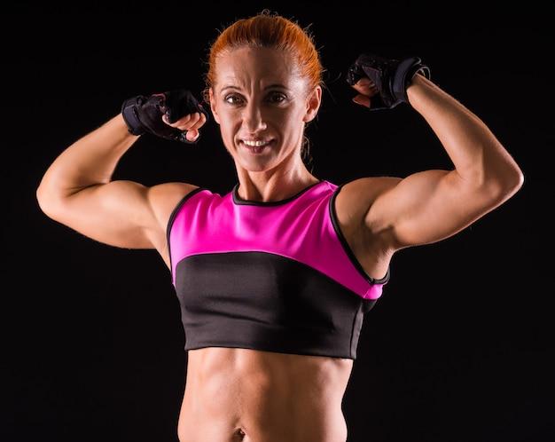 Mujer mostrando los músculos de las manos.
