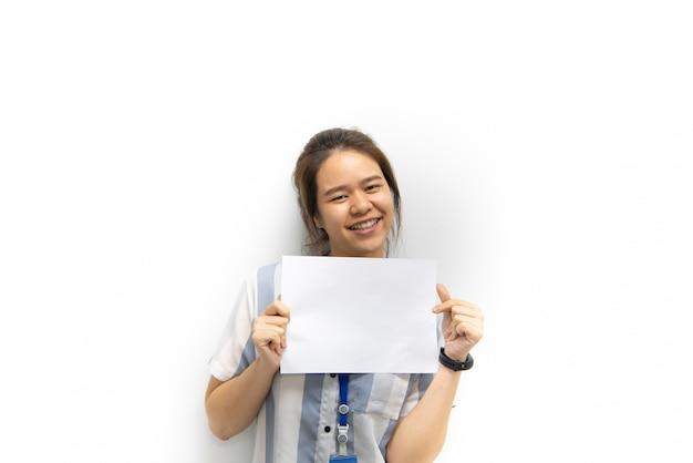 Mujer mostrando papel blanco en blanco para espacio de copia