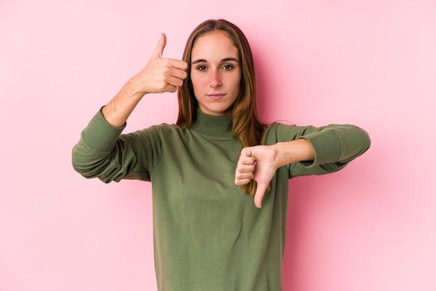 Mujer mostrando los pulgares hacia arriba y hacia abajo