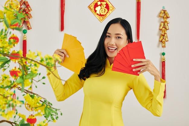 Mujer mostrando sobres de dinero