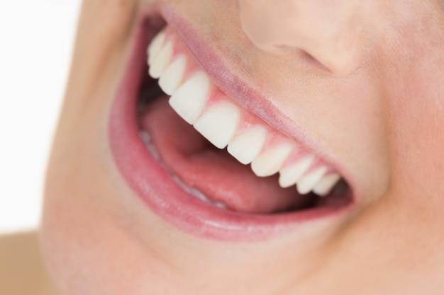 Mujer mostrando su sonrisa blanca