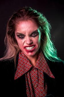 Mujer mostrando sus dientes a la cámara
