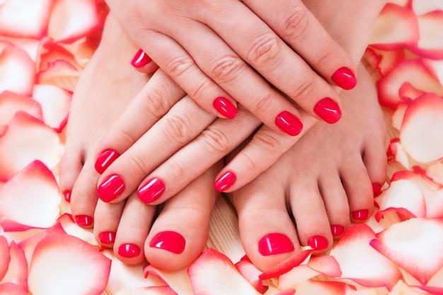 Mujer mostrando sus hermosas uñas con manicura y pedicura