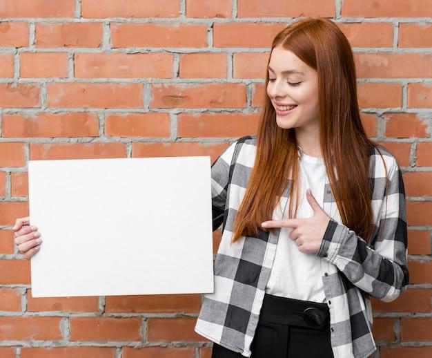 Mujer mostrando tarjeta vacía