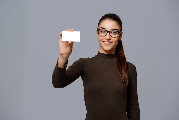 Mujer mostrando tarjeta de visita