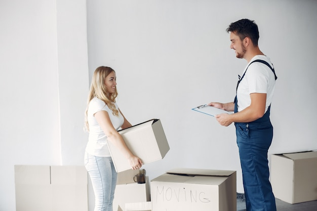 Mujer moviendo y usando cajas