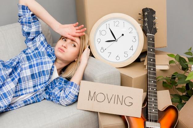 Mujer mudarse a una casa nueva