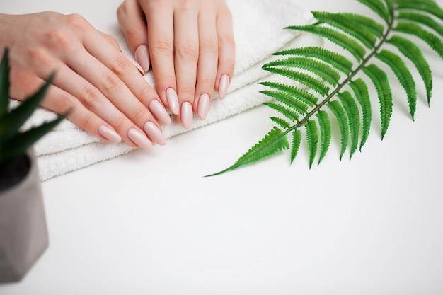 Mujer muestra una manicura fresca