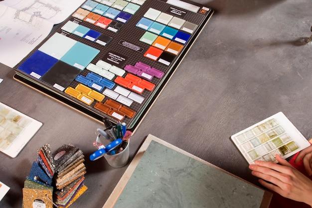 Mujer con muestras de azulejos