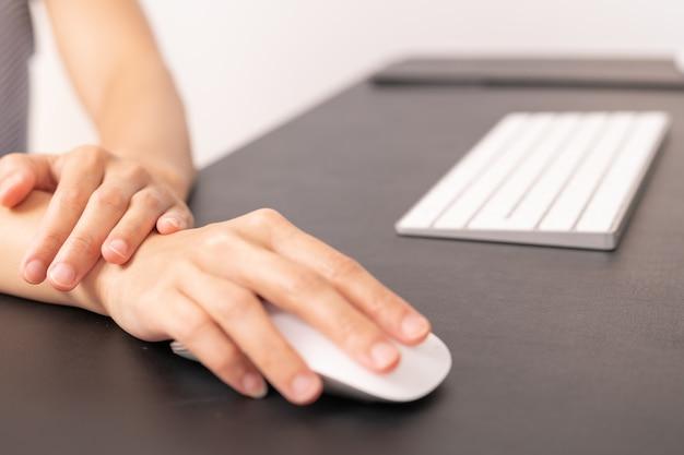 Mujer muñeca mano brazo dolor uso largo ratón