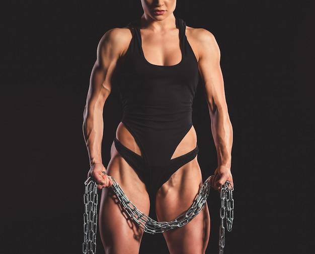 Mujer musculosa con cadena de hierro