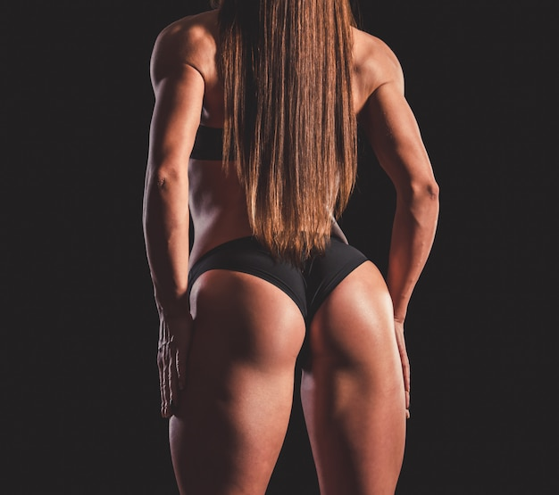 Mujer musculosa fuerte en ropa interior negra