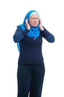 Mujer musulmana árabe enojada cubriendo las orejas con los dedos
