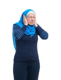 Mujer musulmana árabe enojada cubriendo las orejas con las manos