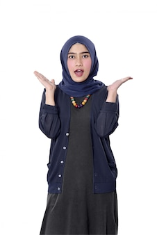 Mujer musulmana asiática alegre con expresión feliz